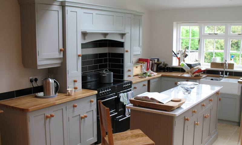 Pineland furniture manufacturers of traditional high for Traditional painted wood kitchens