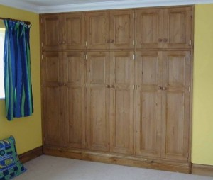 Fitted wooden wardrobe
